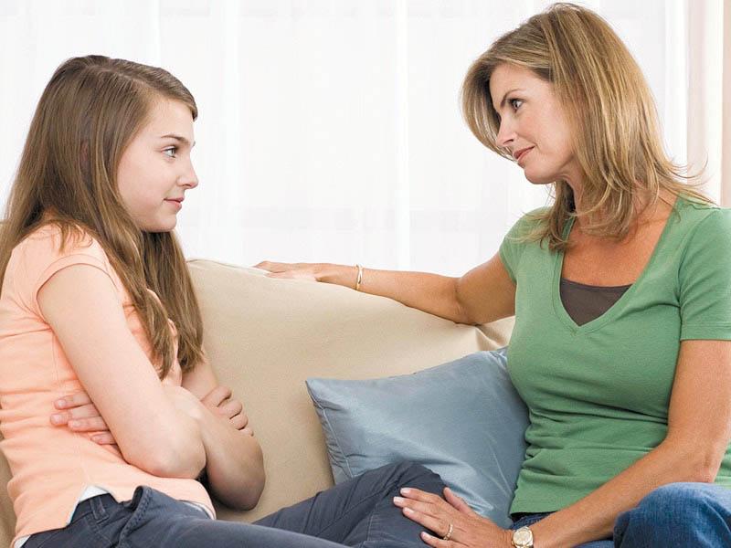 چه نکات مهمی را قبل از شروع عادت ماهیانه با دختران در میان بگذاریم