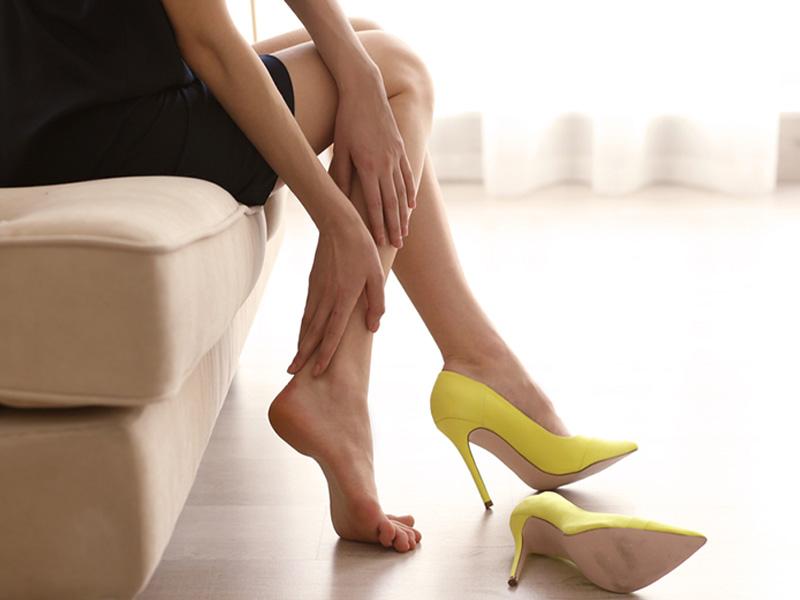 کفش پاشنه بلند پایتان را درد می آورد؟ این روش ها را امتحان کنید.
